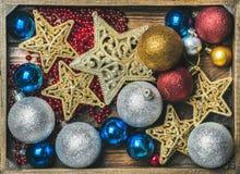Julgran som blänker leksakstjärnor, färgrika bollar och girlanden fotografering för bildbyråer