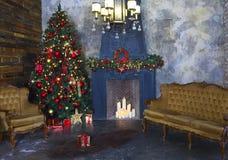 Julgran som dekoreras av ljus Arkivfoto