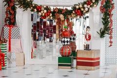 Julgran som dekoreras i inre med fåtöljen, stearinljus, mutter arkivbilder