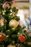Julgran som dekoreras med guld- bollar Royaltyfria Bilder