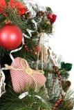 Julgran som dekoreras med hemlagad hjärta Arkivfoton