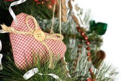 Julgran som dekoreras med hemlagad hjärta Arkivfoto
