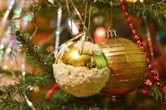 Julgran som dekoreras med ljusa leksaker: skinande struntsaker Royaltyfria Foton