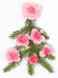 Julgran som dekoreras med rosor Royaltyfri Fotografi