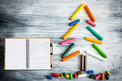 Julgran som göras av färgpennor och anteckningsboken Arkivbilder