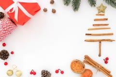 Julgran som göras av kanel med garnering på vit bakgrund royaltyfria bilder