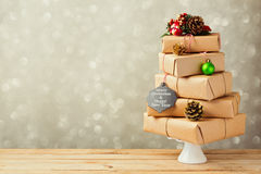 Julgran som göras från gåvaaskar Alternativ julgran Arkivfoto