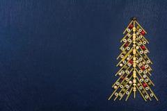 Julgran som göras med italiensk spagetti med färgrik peppar, på en kritiserabakgrund royaltyfria bilder