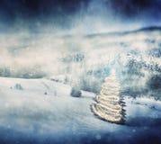 Julgran som glöder på vintertappningbakgrund Arkivfoto