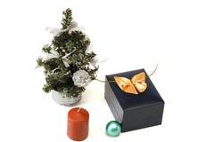 Julgran, stearinljus, sfär och gåva Arkivfoto