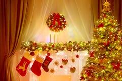 Julgran, strumpa och krans, feriebelysninggarnering arkivfoton