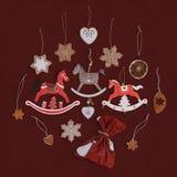 Julgran, tabell- eller för dörrgarneringträ /metal hästar och handgjorda ornamets royaltyfria bilder