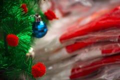 Julgran tillsammans med den santa dräkten arkivfoto