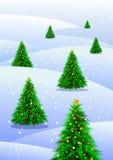 Julgranar i snow Arkivfoto