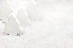 Julgranar i snowen arkivfoto