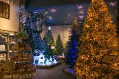 Julgranar med ljus i regeringstiden av Santa Claus shoppar Fotografering för Bildbyråer
