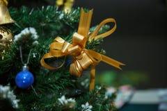 Julgranbakgrund med den guld- pilbågen och blå jul klumpa ihop sig Royaltyfri Fotografi