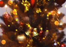 Julgranbakgrund med suddigt, gristra som glöder Tema för lyckligt nytt år och Xmas- Royaltyfri Fotografi
