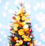 Julgranbakgrund med suddigt, gristra som glöder Tema för lyckligt nytt år och Xmas- Fotografering för Bildbyråer