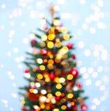 Julgranbakgrund med suddigt, gristra som glöder Tema för lyckligt nytt år och Xmas- Arkivfoto