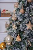 Julgranbakgrund och julpynt i den moderna hemmiljön arkivfoto