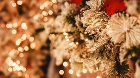 Julgranbakgrund och julpynt med ljust, suddigt, bokeh som glöder arkivfoto