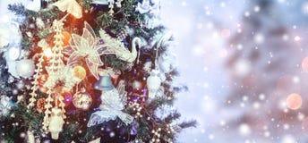 Julgranbakgrund och julpynt med snö, bChristmasträdbakgrund och julpynt med snö arkivbilder