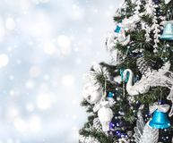 Julgranbakgrund och julpynt med snö, suddigt, gristra som glöder arkivfoto