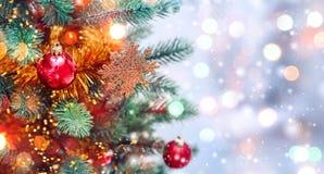 Julgranbakgrund och julpynt med snö, suddigt, gristra som glöder Lyckligt nytt år och xmas royaltyfria bilder