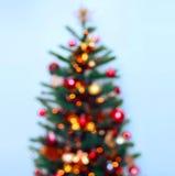 Julgranbakgrund och julpynt med snö, suddigt, gristra som glöder Lyckligt nytt år och xmas royaltyfria foton