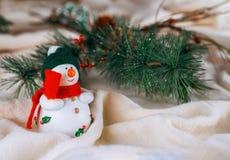 Julgranbakgrundsgarneringar med snö, suddigt, gristra som glöder Tema för lyckligt nytt år och Xmas- arkivfoton
