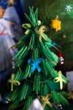 Julgranen döptes av barn arkivbild