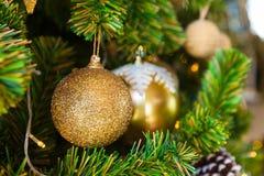 Julgranen dekorerade med festliga julleksaker och garneringar Arkivfoto