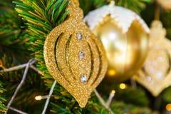 Julgranen dekorerade med festliga julleksaker och garneringar Royaltyfri Bild