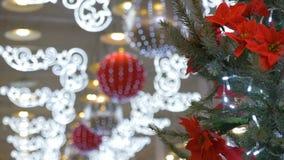 Julgranen dekoreras i en köpcentrum Semestra garneringar, stora bollar, kulöra girlander stock video
