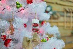 Julgranen dekoreras med färgrika trädleksaker Närbild inomhus arkivbilder