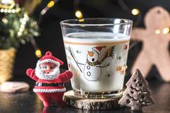 Julgranen formade kakan och ett exponeringsglas av mjölkar för Santa Claus, slut upp, inomhus Den lyckliga mannen tycker om på fe royaltyfri fotografi
