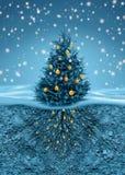 Julgranen i snöfall, rotar i jord beneath Arkivfoto