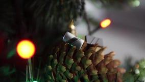 Julgranen manschettknappar, kotte, det nya året tänder, visaren, nytt år arkivfilmer