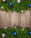 Julgranen med baubles på trä texturerar. Fotografering för Bildbyråer