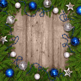 Julgranen med baubles på trä texturerar. Royaltyfri Foto