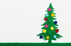 Julgranen med bollar gjorde ‹för †av filt Royaltyfri Foto
