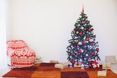 Julgranen med gåvor returnerar för det nya året Royaltyfri Foto