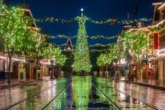 Julgranen med garnering, jul klumpa ihop sig royaltyfri fotografi