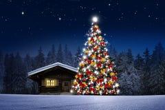 Julgranen med garnering, jul klumpa ihop sig royaltyfria bilder