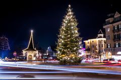 Julgranen med garnering, jul klumpa ihop sig fotografering för bildbyråer