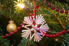 Julgranen med jul blänker bollar Arkivbild