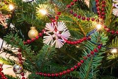 Julgranen med jul blänker bollar Royaltyfria Bilder