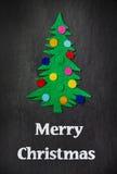 Julgranen med leksaker gjorde ‹för †av filt Royaltyfri Bild