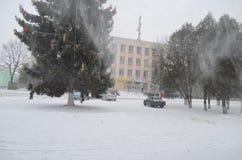 Julgranen med leksaker snö-täckas Royaltyfri Bild